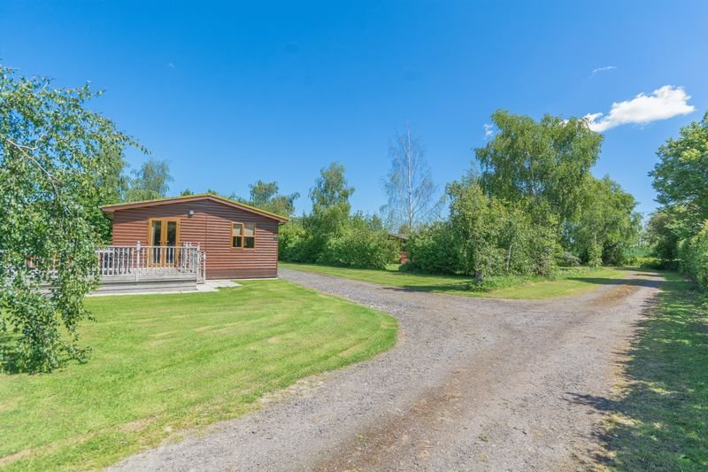 Fantastic south facing lodge near York, sleeps 6 with private hot tub, family friendly.