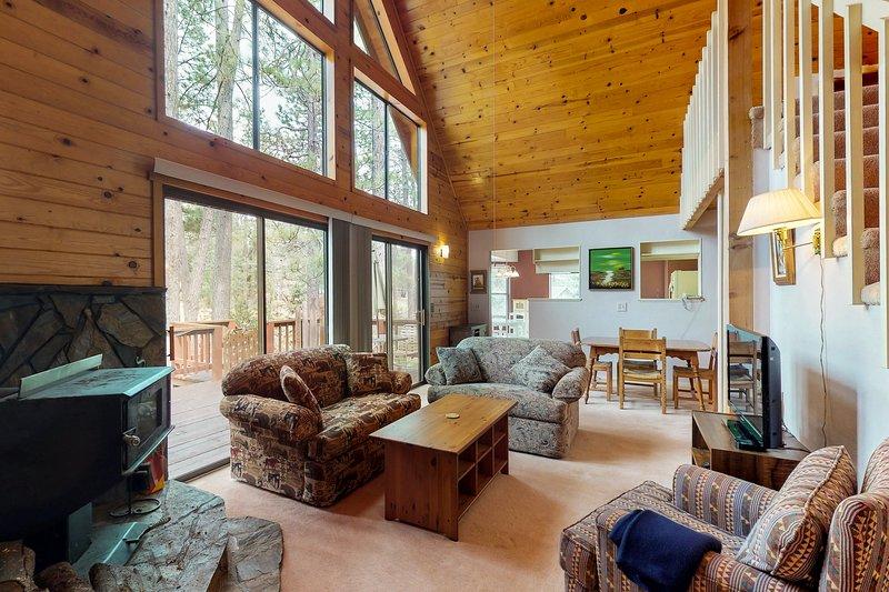 Charming mountain cabin w/shared pool, golf & more, near Yosemite!, vacation rental in Groveland