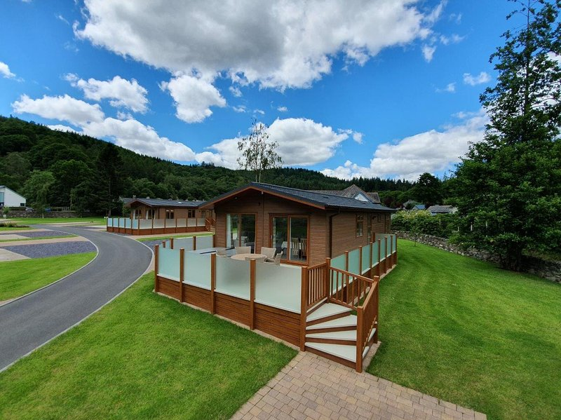 Luxury Lodge with Hot Tub in quiet area within walking distance to Betws-y-Coed, vacation rental in Betws-y-Coed