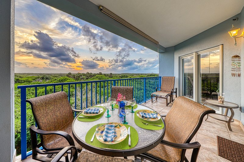 Sunsets galore from private balcony w/ a shared heated pool, hot tub, & gym, location de vacances à Edgewater