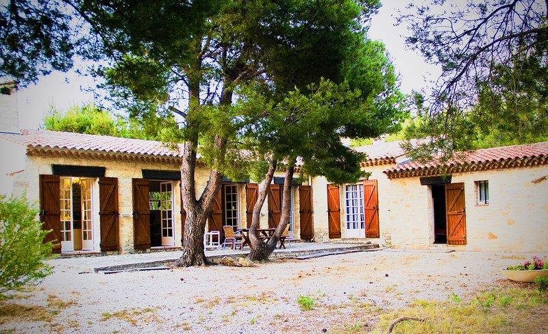 MAISON BORD DE MER, DOMAINE DE PORT D'ALON, CALANQUE PRIVEE, PISCINE, TENNIS, holiday rental in Saint-Cyr-sur-Mer