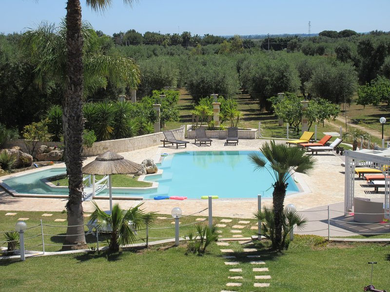 Tenuta Placella with swimming pool and lovely garden. 5 km from sandy beach, holiday rental in Serranova