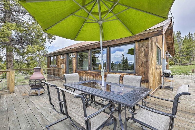 Esta propriedade Tabernash oferece um deck envolvente e é cercada por montanhas.