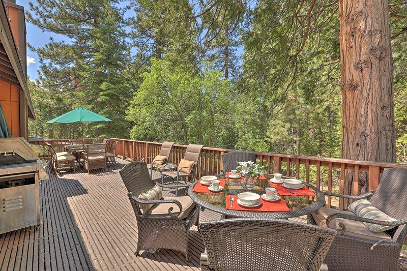 Luxe Home: Hot Tub, Game Room, Sauna & Jungle Gym!, location de vacances à New Washoe City