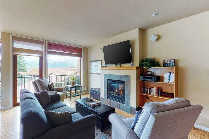Shared pool, hot tub and other amenities plus a balcony and fireplace!, vacation rental in Chelan