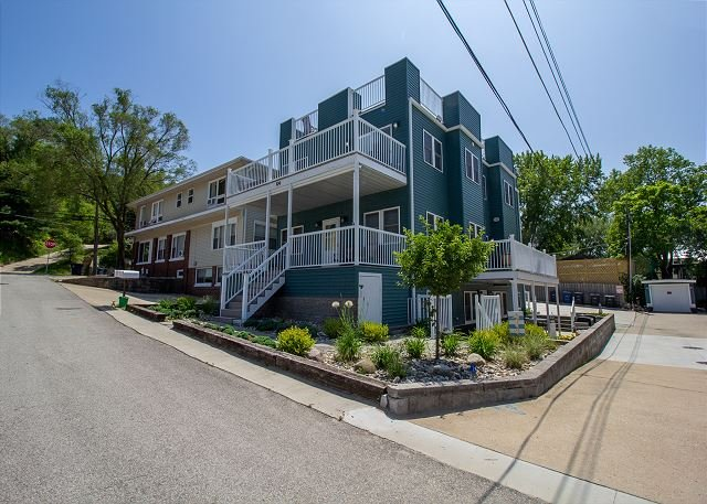 Sundancer has a Spectacular Rooftop Deck with Lake Views and Sleeps 20, location de vacances à Beverly Shores