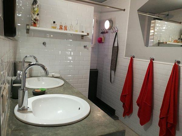 El cuarto de baño con ducha.