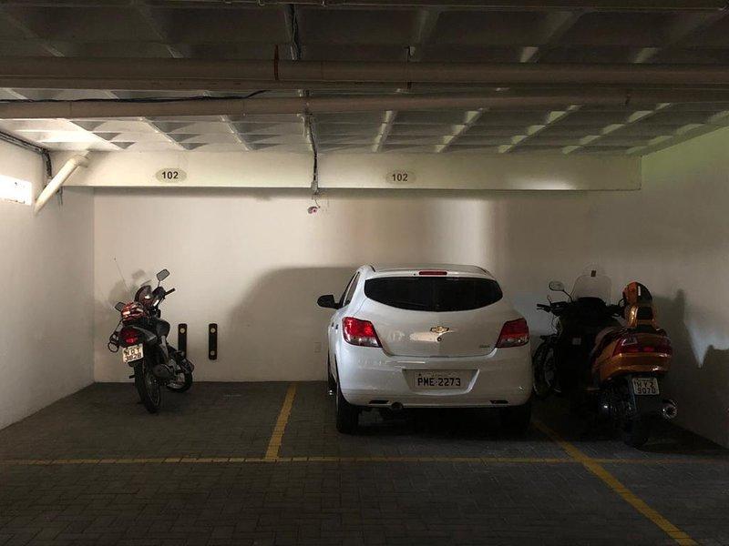 garaje privado, fácil de maniobrar, es recta y espaciosa