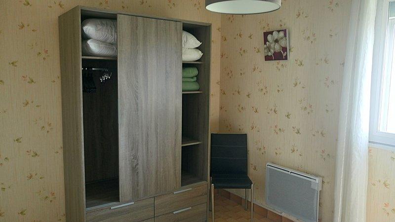 Grande armoire de rangement dans la chambre parentale - Radiateur si besoin en hors saison