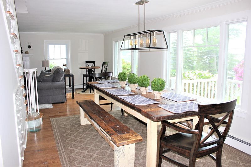 Elegante tavolo da fattoria realizzato in legno di recupero con molti posti a sedere e vista