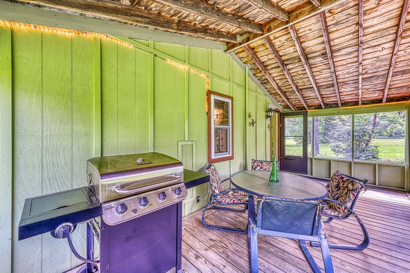 Lakeview cabin with beach access, screened-in porch, gas grill, and more!, casa vacanza a Eden Mills
