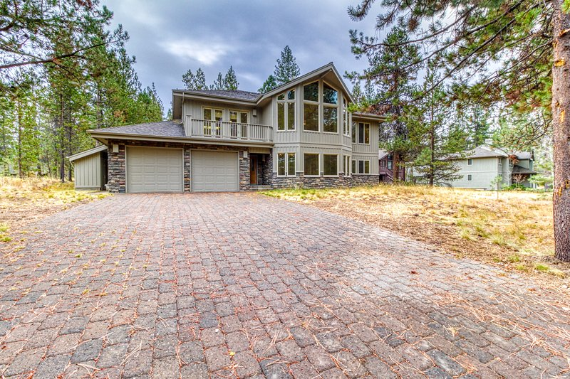 Beautiful large home w/12 SHARC passes, private hot tub & river across from home, location de vacances à Central Oregon