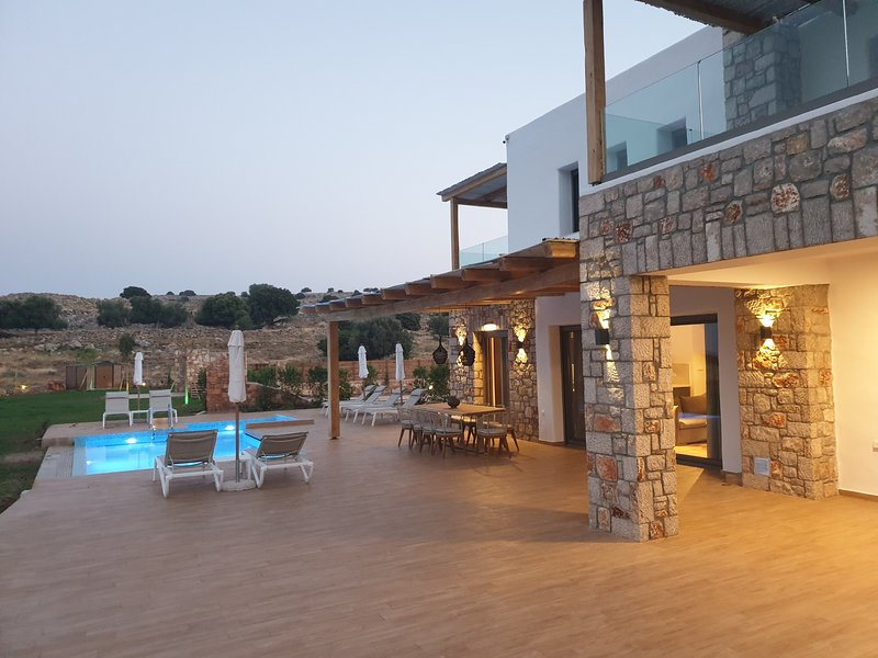 Villa Alkyoni , Deluxe 3 bedroomed villa , 5min driving from Pefkos and Lindos, vacation rental in Lindos