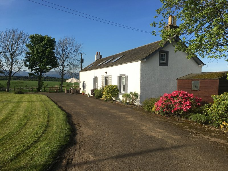 South Doll Farm Cottage - Spacious 4 bedroom farm cottage sleeping 7 people, vacation rental in Falkirk