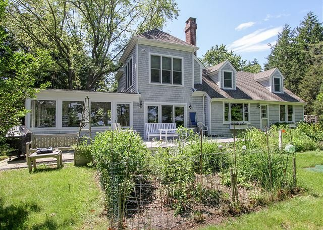 Tranquil Bourne's Pond Home w/ Private Beach, Dock & Screened Porch, location de vacances à Falmouth