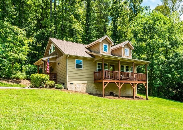 Updated Cottage on Big Parcel w/ Deck & Views - 10 Miles to Downtown, location de vacances à Asheville