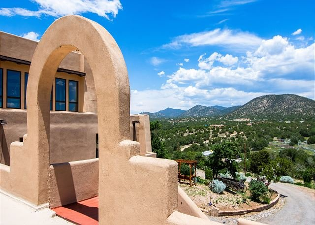 Luxe Mountain Retreat on 5 Acres: Vast Interior & Southwest Charm, Near Town, holiday rental in Galisteo