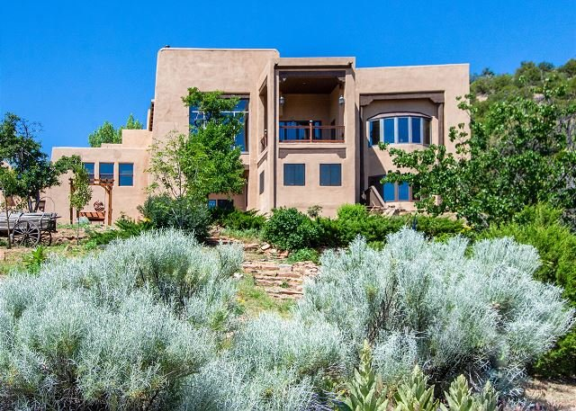 Luxe Escape on 5 Acres - Mountain Views, Game Rooms, Sauna & Gym, holiday rental in Galisteo