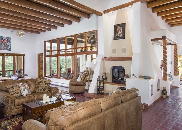 Luxe Compound: 5 Acres, 6 Living Areas, 2 Game Rooms & Sauna - Sleeps 20!, casa vacanza a Pecos