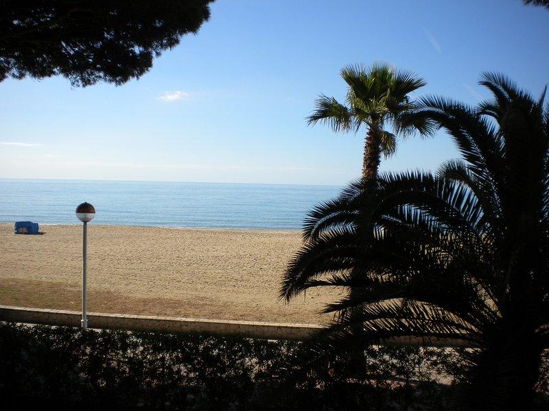 APARTAMENTO DUPLEX FRONTAL AL MAR EDIFICIO COLIBRI, holiday rental in Vilafortuny