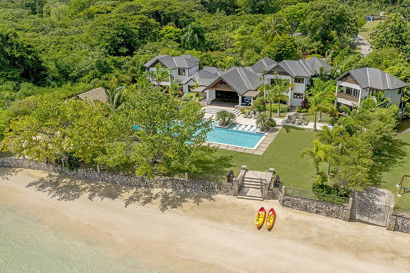 ULTIMATE LUXURY, BEACHFRONT, FULLY STAFFED, TENNIS COURT, GYM, LOTS OF ACTIVITES, holiday rental in Mammee Bay