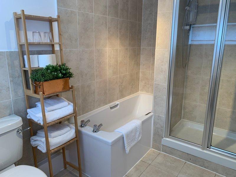 En-suite Badezimmer mit separater Badewanne und großer Dusche