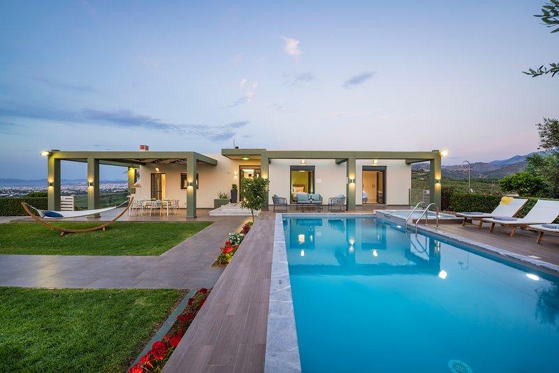 Mythic Olive Villa-Private Pool-Amazing Exteriors!, alquiler vacacional en Zourva