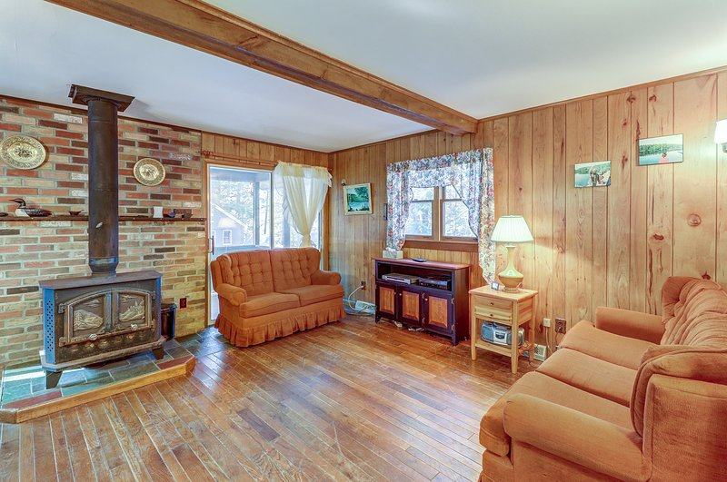Cozy cottage with deeded lake rights - 100 steps to the beach, holiday rental in Brant Lake