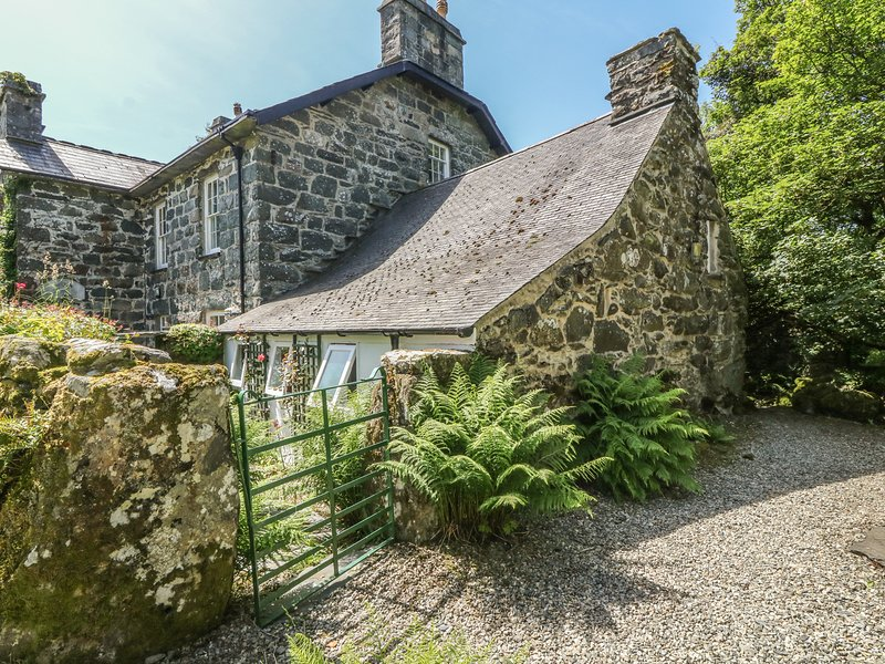CEFN COCH ISAF, character holiday cottage, with a garden in Porthmadog, Ref 1242, vacation rental in Garndolbenmaen