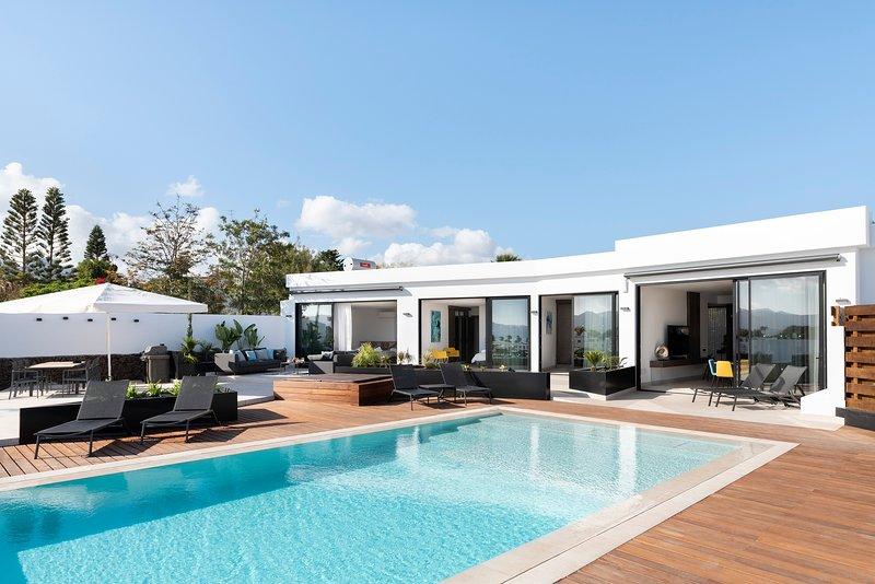 Villa Estellar - Luxury Villa with Pool and Hot Tub, location de vacances à Puerto Del Carmen