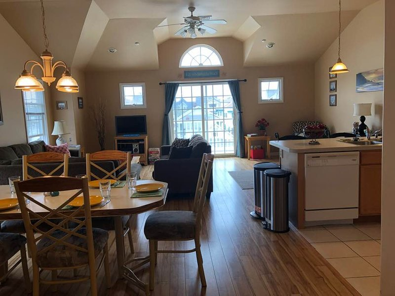Beautiful Wildwood Beach Condo - Near Everything/Beach/Boardwalk/Conv. Center, alquiler de vacaciones en Wildwood
