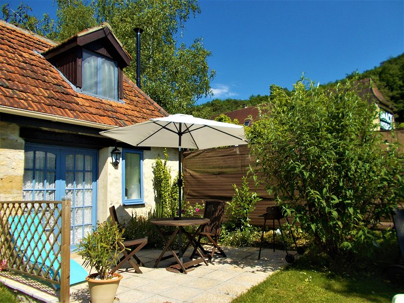 Bijou -  Petite stone cottage, ideal for couples or the lone traveller,, vacation rental in Montignac