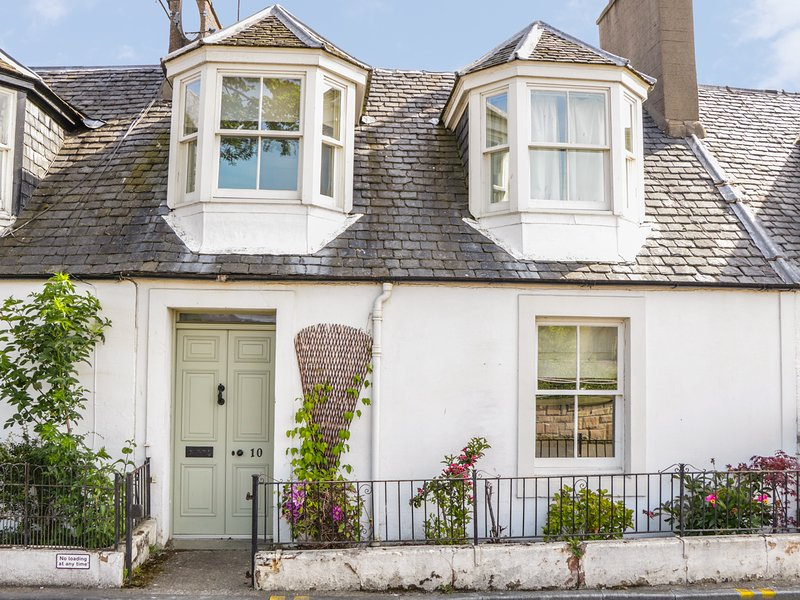 10 DOUGLAS ROW, three bathrooms, woodburning stove, WiFi, Inverness, Ref 945169, holiday rental in Munlochy