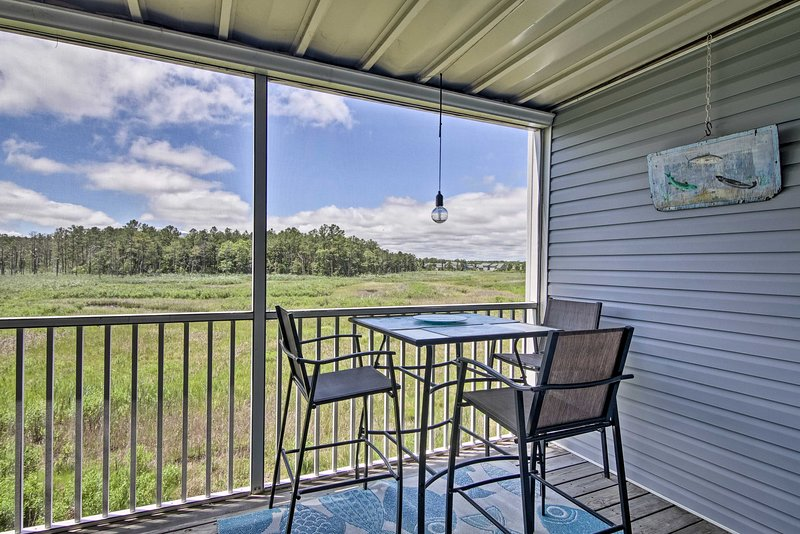 Ocean View Condo w/ Pool & Golf Course Access, holiday rental in Oak Orchard