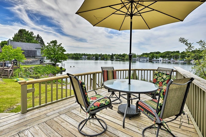Family Cottage on Chaumont Bay, Walk Downtown, holiday rental in Sackets Harbor