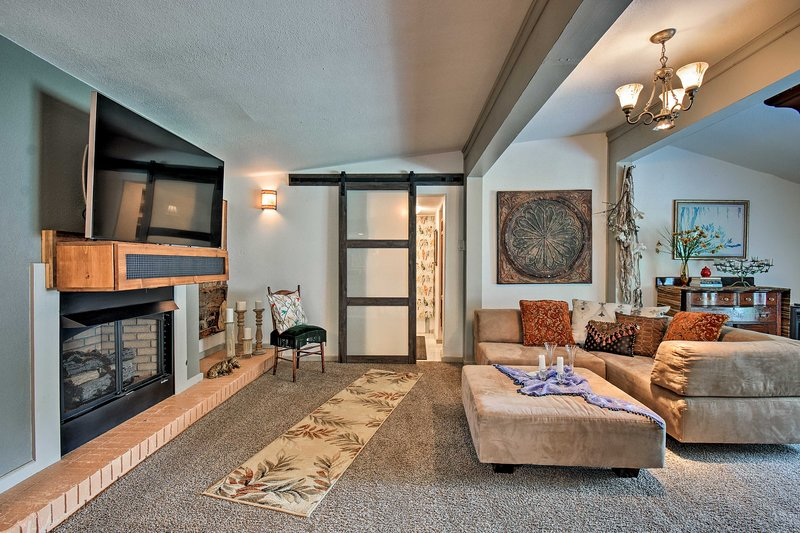 This Hot Springs hideaway features modern amenities & beautiful decor.