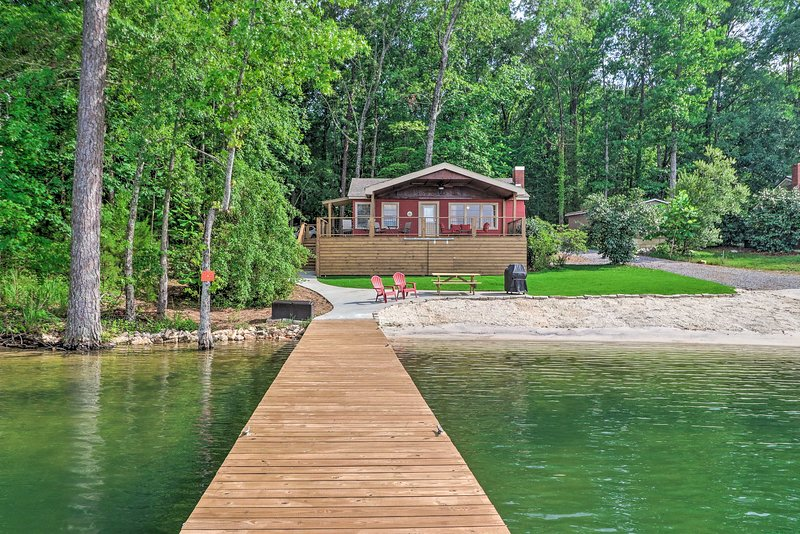Waterfront Lake Martin Home w/ Grill & Beach!, holiday rental in Elmore