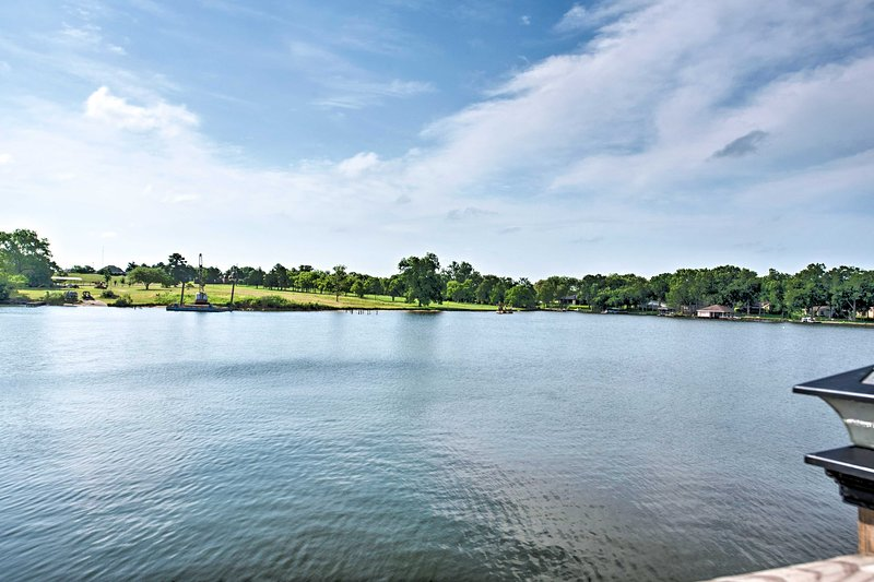 Waterfront Lake Conroe Home w/ Deck+Water Access!, vacation rental in Willis