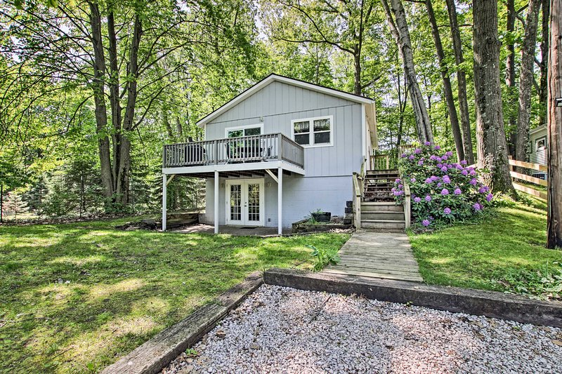Ludington Cottage w/ Deck, Yard & Fire Pit!, aluguéis de temporada em Ludington