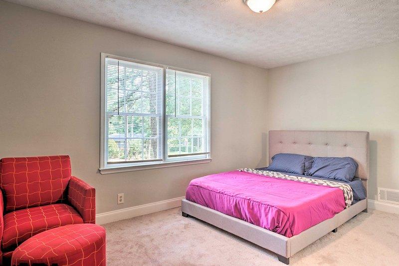 Esta habitación cuenta con una cama queen y una cómoda silla de lectura.