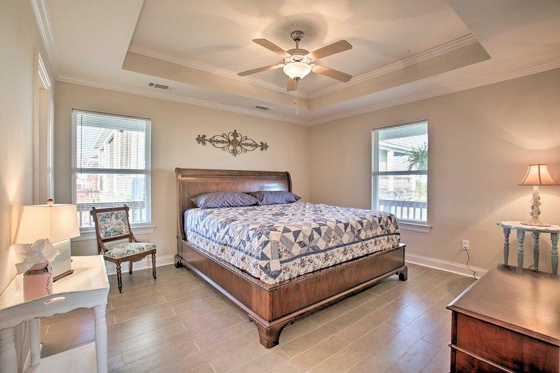 Dois convidados sortudos podem reivindicar a cama king size no quarto principal.