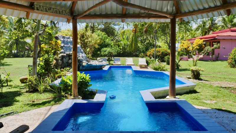 Beachfront Resort with Ocean Views +Pool +AC +WiFi 3 bedroom 2 bath Beach House, aluguéis de temporada em Palo Seco
