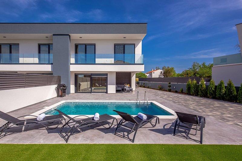 Modern Villa Bura, in Dalmatia, with a Pool, location de vacances à Zaton