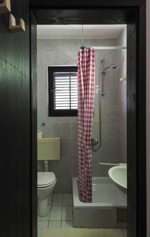 R3(3): bathroom with toilet