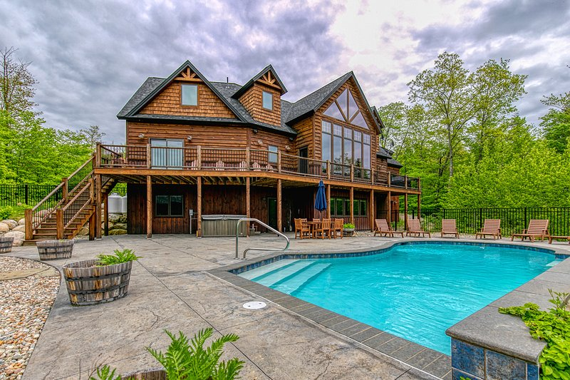 Stunning mountain view estate w/private pool/hot tub- near slopes, holiday rental in Hanover