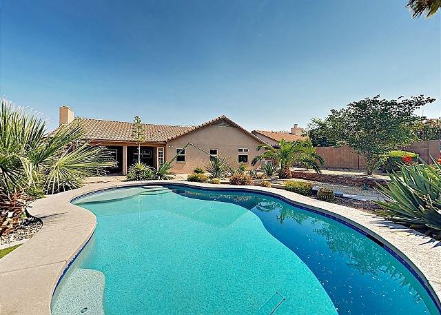 Desert Oasis with Pool, Firepit & 2 Living Areas – Near Lookout Mountain, alquiler de vacaciones en Phoenix