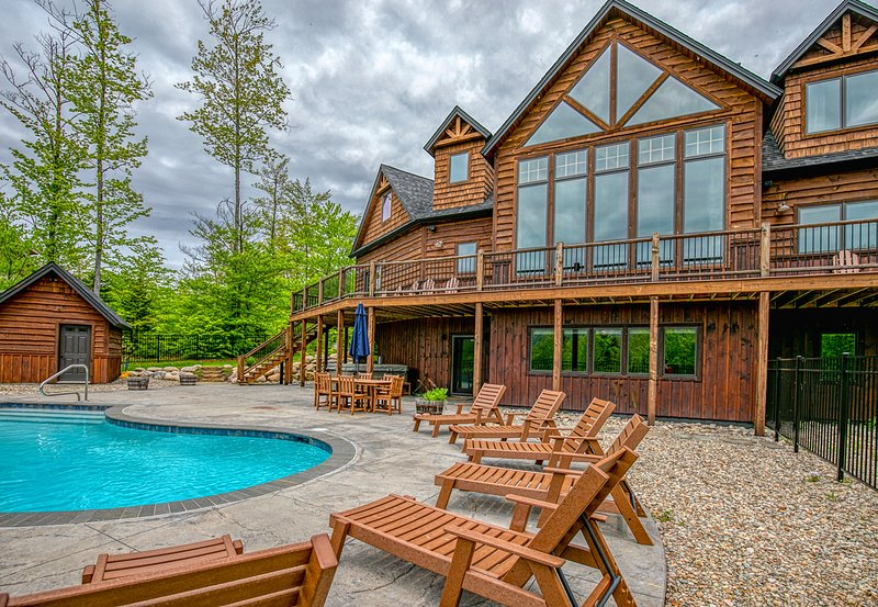 Elegant mountain view home w/ private hot tub, saltwater pool & foosball!, vacation rental in Andover