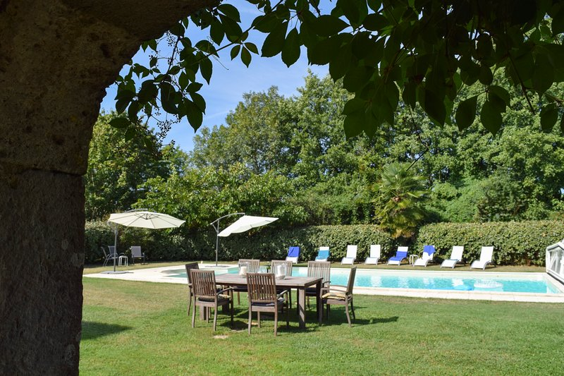 Saint-Romain Chateau Sleeps 20 with Pool and Air Con - 5395012, location de vacances à Agnac
