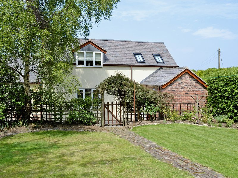 Woodhouse Cottage, holiday rental in Llanfynydd