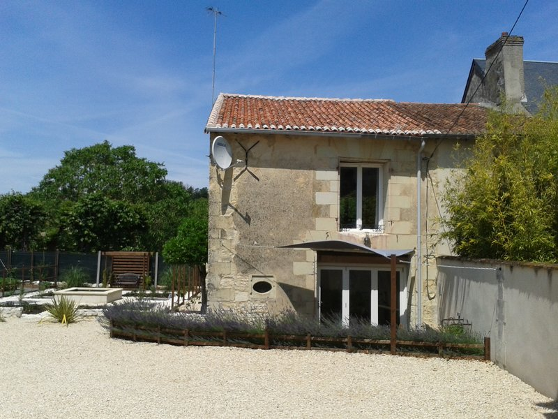 La Maison Tumtum Arbre enchanting hideaway near Chinon, Saumur, Fontevraud Abbey, vacation rental in Vienne